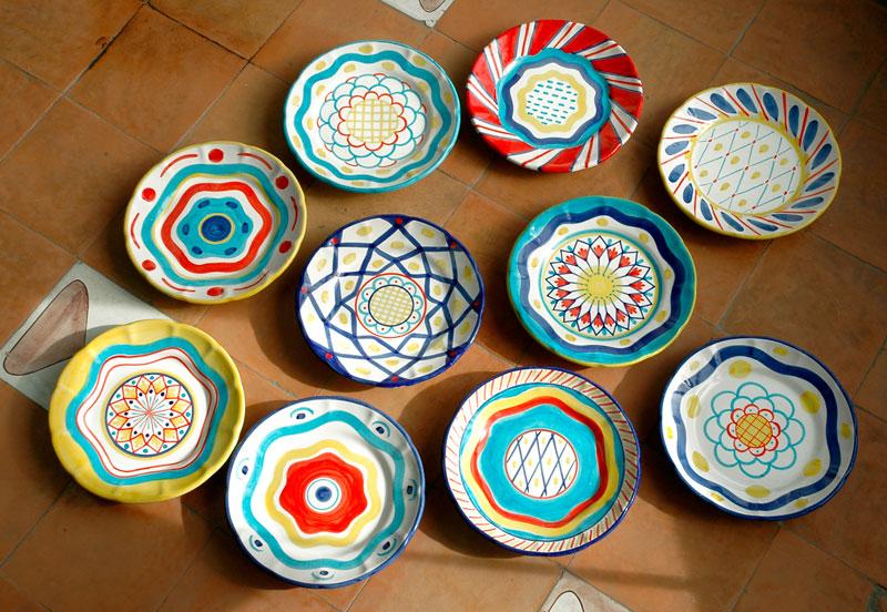 con 12 disegni diversi . Il servizio di piatti è composto da piatti ...